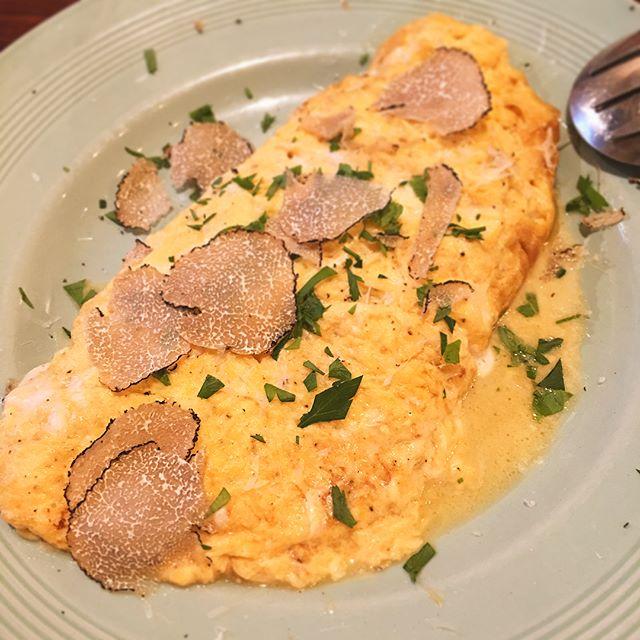 サマートリュフとチーズたっぷりのオムレツ目の前で削ってくれました----#オムレツ #omlet #サマートリュフ #summertruffle #truffle #チーズ #cheese #リモンチェッロ #limoncello #誕生日 #birthday #イタリアン #Italian #晩ごはん #dinner #夏 #summer #休日 #holiday #instafood