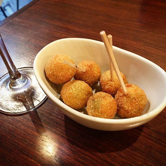 仔牛のミンチを詰めたオリーブのフライ酒がすすむ❣----#揚げ物 #fried #オリーブ #olive #仔牛 #Veal #ミンチ #ひき肉 #mincedmeat #groundbeef #groundveal #アテ #おつまみ #酒の肴 #relish #nibbles#誕生日 #birthday #イタリアン #Italian #晩ごはん #dinner #夏 #summer #休日 #holiday #instafood