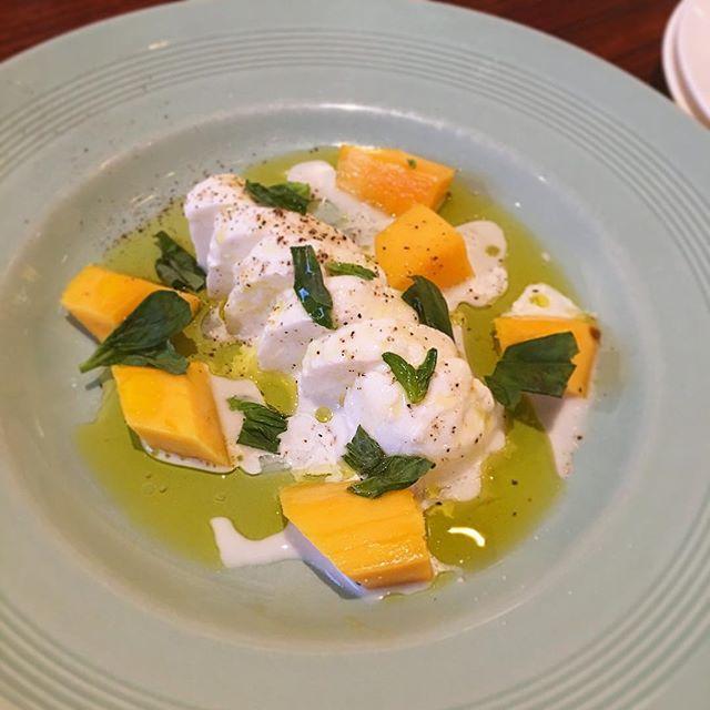 「ラ・ヴェリタ」のできたてモッツァレラと季節のフルーツのカプレーゼ・・・フルーツはマンゴーでした️初めて食べた組み合わせだったけど、夏っぽくトロピカルな感じで美味しかったです----#カプレーゼ #caprese#モッツアレラ #mozzarella#マンゴー #mango #fruit#トロピカル #tropical #tropicalfruit#誕生日 #birthday #イタリアン #Italian #晩ごはん #dinner #夏 #summer #休日 #holiday #instafood