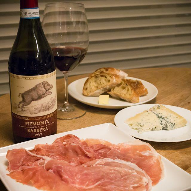 テッレ・デル・バローロ | ピエモンテ・バルベーラ[ Terre del Barolo | Piemonte Barbera ]Piemonte, ITALY・・・Happy New Year あけましておめでとうございます今年もよろしくお願いします-------#ワイン #wine #赤 #red #パルマ産 #生ハム #parma #ham #チーズ #cheese #アテ #おつまみ #relish #nibbles #家飲み #晩ごはん #dinner #晩酌 #おうちごはん #デリスタグラマー #beautifulcuisines #クッキングラム #instadrink #instafood #f4f #followme #OLYMPUS #OMD #EM5 #LEICA DG SUMMILUX 25/F1.4