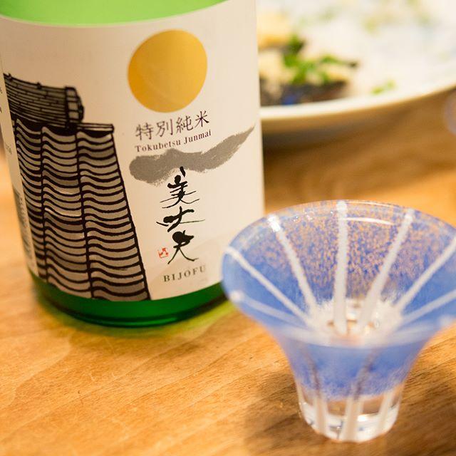 [美丈夫 特別純米]友人を招いていたのでもう一本。-----#日本酒 #Japanesesake #特別純米 #tokubetsujunmai #家飲み #晩ごはん #dinner #晩酌 #おうちごはん #デリスタグラマー #beautifulcuisines #クッキングラム #テーブルフォト #料理好きな人と繋がりたい #instadrink #instafood #OLYMPUS #OMD #EM5 #LEICA DG SUMMILUX 25/F1.4