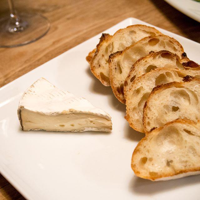バケット&コンテス・ドゥ・ヴィッシー  #チーズ #cheese #バゲット #baguette #パン #bread  #家飲み #晩ごはん #dinner #晩酌 #おうちごはん  #デリスタグラマー #beautifulcuisines #クッキングラム  #テーブルフォト #料理好きな人と繋がりたい