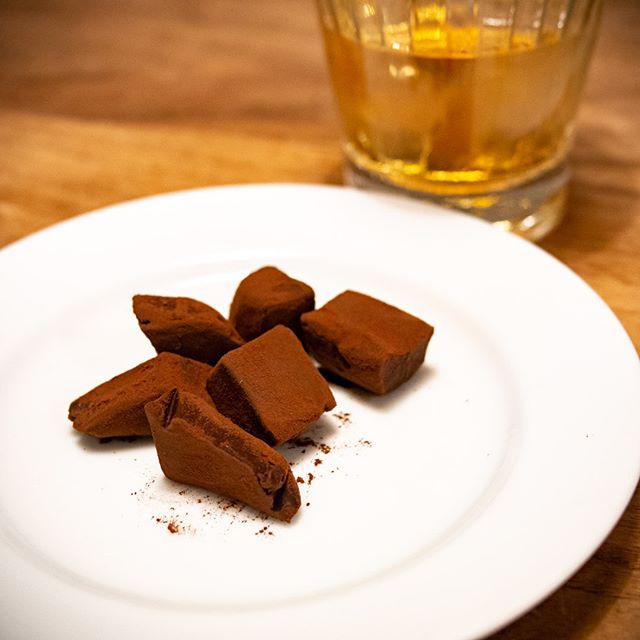 もうすぐ #バレンタイン 今年も #手作り の #生チョコ を作ってくれました♪できたてをちょっと味見しよっと--- #valentines #homemade #チョコレート #chocolate #ウイスキー #WHISKY